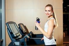 Όμορφο κορίτσι που επιλύει treadmill στη γυμναστική Στοκ φωτογραφία με δικαίωμα ελεύθερης χρήσης