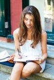 Όμορφο κορίτσι που εργάζεται υπαίθρια Στοκ Εικόνα