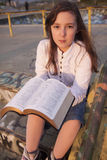 Όμορφο κορίτσι που διαβάζει την ιερή Βίβλο Στοκ φωτογραφία με δικαίωμα ελεύθερης χρήσης
