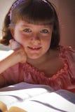 Όμορφο κορίτσι που διαβάζει την ιερή Βίβλο Στοκ Εικόνα