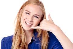 Όμορφο κορίτσι που κάνει μια κλήση μου σημάδι Στοκ Εικόνα