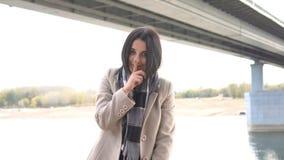 Όμορφο κορίτσι που κάνει μια shushing χειρονομία που αυξάνει το δάχτυλό του στα χείλια του σε μια σαγηνευτική χειρονομία όπως ζητ απόθεμα βίντεο