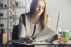 Όμορφο κορίτσι που κάνει τη γραφική εργασία Στοκ Εικόνες