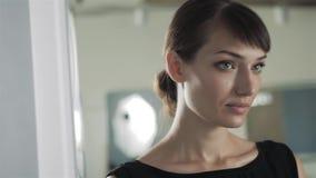 Όμορφο κορίτσι που κάνει makeup στο λουτρό να κοιτάξει στον καθρέφτη Η γυναίκα παίρνει την προσοχή για το βλέμμα να εξετάσει έναν απόθεμα βίντεο