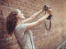 Όμορφο κορίτσι που κάνει selfie με τη κάμερα στο πάρκο Στοκ φωτογραφία με δικαίωμα ελεύθερης χρήσης