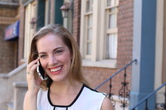 Όμορφο κορίτσι που καλεί τηλεφωνικώς Στοκ Εικόνες