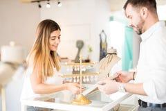 Όμορφο κορίτσι που κοιτάζει βιαστικά σε ένα κατάστημα κοσμήματος Στοκ φωτογραφία με δικαίωμα ελεύθερης χρήσης