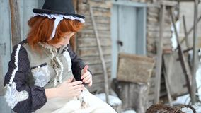 Όμορφο κορίτσι που κρατά έναν αρουραίο χεριών φιλμ μικρού μήκους