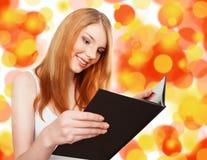 Όμορφο κορίτσι που κρατά ένα ανοικτό βιβλίο Στοκ φωτογραφία με δικαίωμα ελεύθερης χρήσης