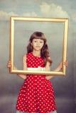 Όμορφο κορίτσι που κρατά ένα κενό πλαίσιο Στοκ φωτογραφία με δικαίωμα ελεύθερης χρήσης