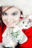 Όμορφο κορίτσι που κρατά ένα μικρό γατάκι Στοκ εικόνες με δικαίωμα ελεύθερης χρήσης