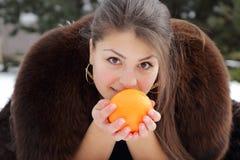 Όμορφο κορίτσι που κρατά ένα πορτοκάλι στα χέρια Στοκ φωτογραφίες με δικαίωμα ελεύθερης χρήσης