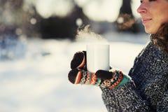 Όμορφο κορίτσι που κρατά ένα φλιτζάνι του καφέ στοκ εικόνες
