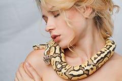 Όμορφο κορίτσι που κρατά ένα python, το οποίο τυλίγει στοκ εικόνες με δικαίωμα ελεύθερης χρήσης