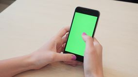 Όμορφο κορίτσι που κρατά ένα smartphone στα χέρια μιας πράσινης πράσινης οθόνης οθόνης, χέρι του ατόμου που κρατά το κινητό έξυπν φιλμ μικρού μήκους