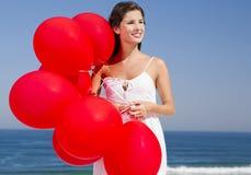 Όμορφο κορίτσι που κρατά κόκκινα ballons Στοκ φωτογραφία με δικαίωμα ελεύθερης χρήσης