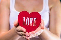 Όμορφο κορίτσι που κρατά μια καρδιά στα χέρια Στοκ φωτογραφία με δικαίωμα ελεύθερης χρήσης