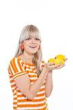 Όμορφο κορίτσι που κρατά τα φρέσκα λεμόνια Στοκ εικόνες με δικαίωμα ελεύθερης χρήσης
