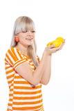 Όμορφο κορίτσι που κρατά τα φρέσκα λεμόνια Στοκ Φωτογραφία