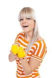 Όμορφο κορίτσι που κρατά τα φρέσκα λεμόνια Στοκ Φωτογραφίες