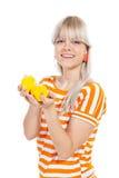 Όμορφο κορίτσι που κρατά τα φρέσκα λεμόνια Στοκ εικόνα με δικαίωμα ελεύθερης χρήσης
