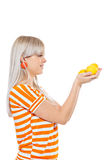 Όμορφο κορίτσι που κρατά τα φρέσκα λεμόνια Στοκ φωτογραφία με δικαίωμα ελεύθερης χρήσης