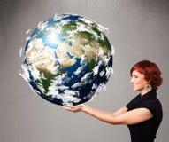 Όμορφο κορίτσι που κρατά τον τρισδιάστατο πλανήτη Γη Στοκ Εικόνα