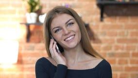 Όμορφο κορίτσι που μιλά σε Smartphone, πορτρέτο Στοκ εικόνα με δικαίωμα ελεύθερης χρήσης