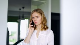 Όμορφο κορίτσι που μιλά σε Smartphone Σοβαρή συζήτηση γυναικών απόθεμα βίντεο