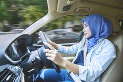 Όμορφο κορίτσι που οδηγεί ένα αυτοκίνητο στο δρόμο Στοκ Εικόνες