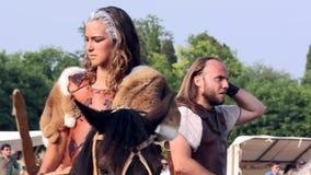 Όμορφο κορίτσι που οδηγά ένα άλογο σε μια ιστορική αναπαράσταση απόθεμα βίντεο