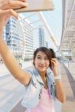 Όμορφο κορίτσι που παίρνει ένα selfie στοκ φωτογραφία με δικαίωμα ελεύθερης χρήσης