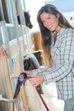 Όμορφο κορίτσι που παίρνει έτοιμο για την καθημερινή σύνοδο ιππασίας Στοκ φωτογραφία με δικαίωμα ελεύθερης χρήσης