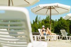 Όμορφο κορίτσι που παίρνει sunbath Στοκ εικόνα με δικαίωμα ελεύθερης χρήσης