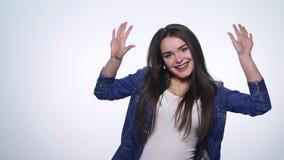 Όμορφο κορίτσι που παρουσιάζει διαφορετικές συγκινήσεις απόθεμα βίντεο