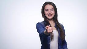 Όμορφο κορίτσι που παρουσιάζει διαφορετικές συγκινήσεις φιλμ μικρού μήκους