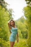 Όμορφο κορίτσι που περπατά μέσω της σήραγγας της αγάπης Στοκ εικόνα με δικαίωμα ελεύθερης χρήσης