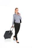 Όμορφο κορίτσι που περπατά με τις αποσκευές και το χαμόγελο στοκ εικόνες