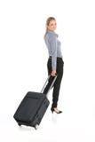 Όμορφο κορίτσι που περπατά με τις αποσκευές και το χαμόγελο Στοκ Φωτογραφίες
