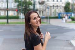 Όμορφο κορίτσι που περπατά στην οδό πόλεων με το ευτυχές χαμόγελο Στοκ φωτογραφία με δικαίωμα ελεύθερης χρήσης