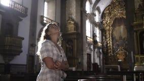 Όμορφο κορίτσι που περπατά στον αρχαίο καθεδρικό ναό απόθεμα βίντεο