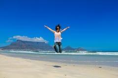 Όμορφο κορίτσι που πηδά στο Καίηπ Τάουν Στοκ εικόνες με δικαίωμα ελεύθερης χρήσης