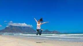 Όμορφο κορίτσι που πηδά στο Καίηπ Τάουν Στοκ Εικόνες