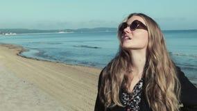 Όμορφο κορίτσι που στέκεται κοντά στον όμορφο ωκεανό, εποχή φθινοπώρου απόθεμα βίντεο