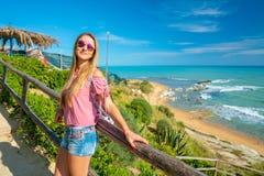 Όμορφο κορίτσι που στέκεται πάνω από το λόφο στοκ εικόνα
