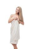 Όμορφο κορίτσι που στέκεται στην πετσέτα στοκ φωτογραφία με δικαίωμα ελεύθερης χρήσης