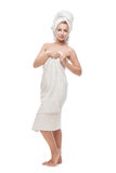 Όμορφο κορίτσι που στέκεται στην πετσέτα στοκ εικόνα με δικαίωμα ελεύθερης χρήσης