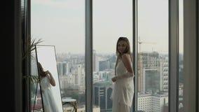 Όμορφο κορίτσι που στέκεται στη ρόμπα απόθεμα βίντεο