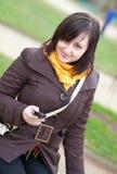 όμορφο κορίτσι που στέλνει sms τις νεολαίες Στοκ εικόνα με δικαίωμα ελεύθερης χρήσης