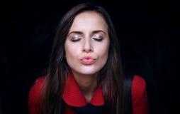 Όμορφο κορίτσι που στέλνει ένα φιλί Στοκ φωτογραφία με δικαίωμα ελεύθερης χρήσης